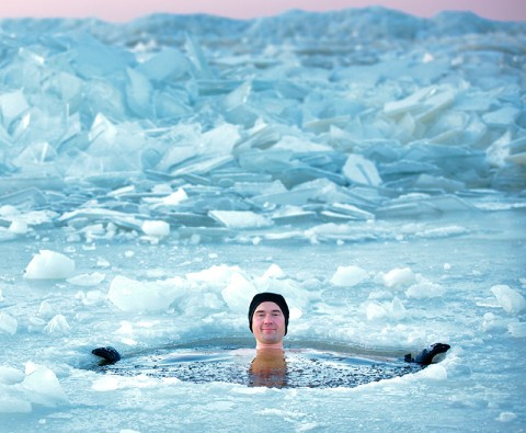 How does the body survive in extreme cold weather?