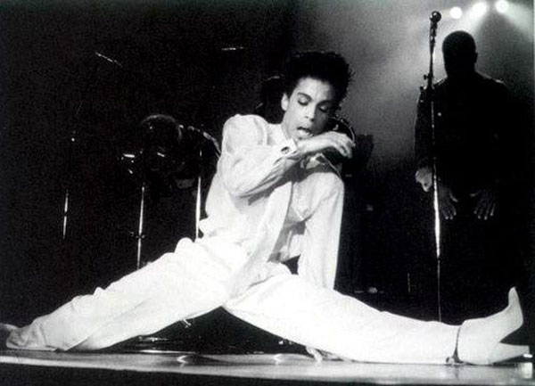 Prince does the splits
